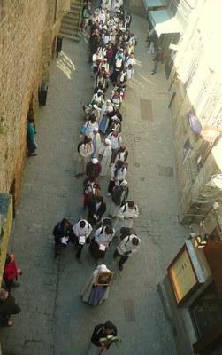 16.  à travers les rues du village