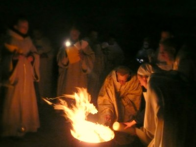 21. Le Cierge Pascal est allumé au feu nouveau